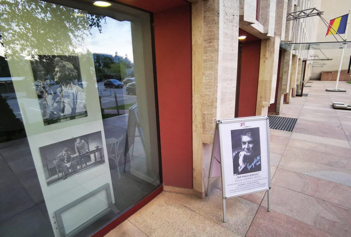 Expoziția dedicată lui George Motoi este expusă pentru public și poate fi văzută din stradă